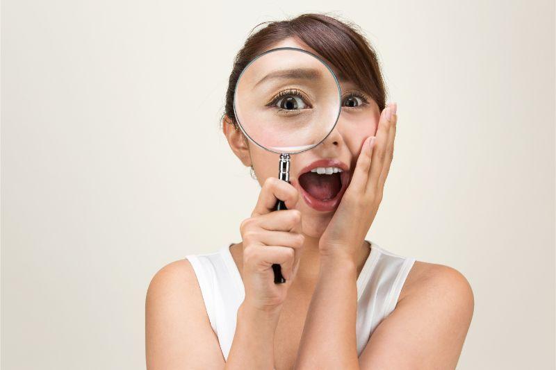 虫眼鏡 女性